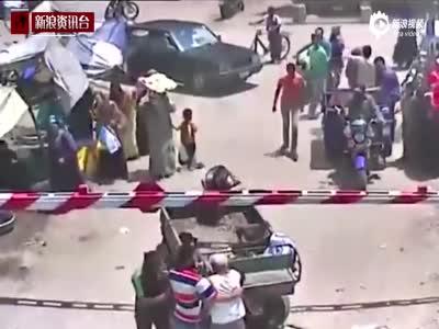 惊魂一刻!埃及笨驴冲向火车险些害死主人