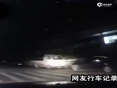两男子半夜开车 路遇尸体赤裸上身挂树上