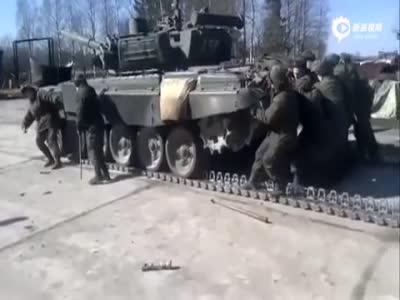 实拍战斗民族手推T-72坦克换履带 简单粗暴