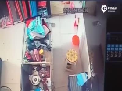 男子强拖女店员进试衣间 女子狠咬对方逃脱
