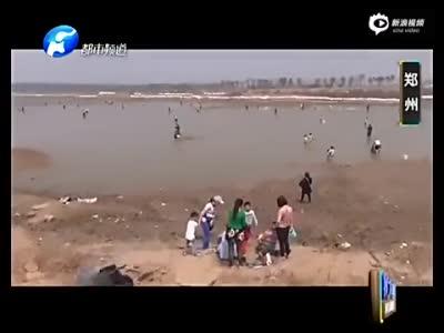 实拍湖水被抽干众人疯狂捕鱼 警方出动赶人