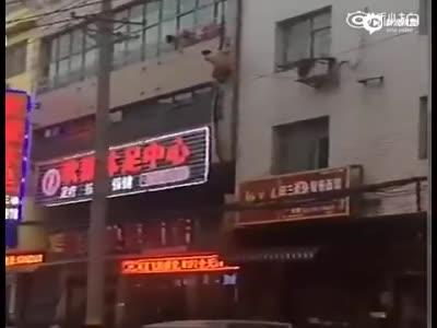 """网曝偷情男被捉裸身翻窗 高喊""""帮我打120"""""""