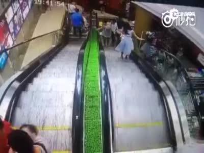 女子推婴儿车乘电梯没抓稳 孩子瞬间滚下扶梯