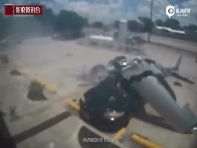 美国飞机坠毁砸中轿车 监控记录惊险画面