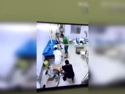 监控:醉酒夫妇医院闹事 医生锁喉反击