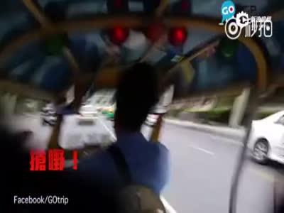 曼谷突突车司机与抢包贼合作 抢走香港游客包裹