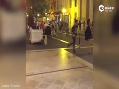 法国尼斯袭击现场视频曝光 群众飞奔躲卡车