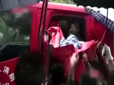 武汉孕妇临盆被洪水围困 消防员成功营救