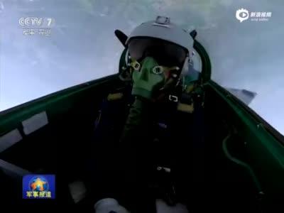 战机突然失控上仰滚转 飞行员17秒成功处置