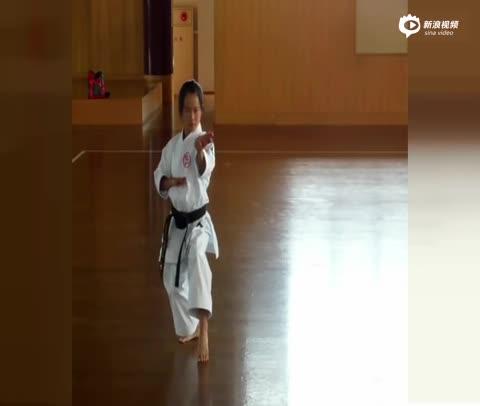 视频-11岁小萝莉空手道表演 身手不凡技惊四座-滚动图片