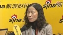 新浪财经讯 2009年11月5日-8日,第五届北京国际金融博览会在北京展览馆隆重召开。以下为顺义区发展和改革委员会临空经济办公室副主任余建与新浪财经现场聊天实录。    主持人乔旎:亲爱的新浪网友大好,这里是第五届金博会新浪直播间,这次我们请到的是顺义区发展和改革委员会临空经济办公室副主任余建女士。    余建:新浪网的朋友们大家好。    主持人乔旎:通过奥运会大家重新认识了顺义,您觉得有哪些优势呢?    余建:应该说按照顺义的总体规划来说,优势是很明显的,第一个是方位上,在北京的东北方向,去北京市区只有不到30公里的距离,最清楚的就是首都机场。按照北京市的总理规划,顺义是作为两轴两带东部发展的重要的节点,是处在京津都市经济区重要的位置。而且在整个的城市布局中有重要的地位。    主持人乔旎:我们一般来说,提起顺义就是首都机场,这个在奥运会上,顺义的水上项目也是被大家广为熟知,您觉得顺义的产业、环境的优势在哪儿?    余建:大家可能都觉得这次金博会,是不是所有的金融是不是叫金融街(13.50,0.35,2.66%),外资银行是不是都在CBD。大家都不了解,顺义作为北京东部发展的重要的节点,应该说它承担着首都经济发展的重要的责任。它在里面的产业优势,第一现在有很好的产业基础,另外产业发展环境很优越,另外一点在我们的基础设施方面,市政建设方面有很大的突破,我们整个的发展环境是比较成熟的。    我先介绍一下产业,在顺义区里面,有一个国家级的保税区,还有4个市级的经济功能区。还有几个区级的经济区,十几个镇都有各自的产业基地。我们整个的产业是各具特色,为投资者提供了多样化的选择。    首都机场在顺义,去交通机场很方便,既然能去机场就能去顺义,交通很便利。我们水电气热发展很完善了,不管是任何的产业,应该说我们整个的服务都是很完善的。另外一点,我还想说,我们的产业发展环境,大家肯定都知道,我们有那么多园区,产业以汽车制造、电子、北京市的生产基地在那儿,我们把它作为制造业重要的发展区域。新国展,去看过汽车展的朋友们都知道,有新国展,这几年跟去年不一样,这边的环境已经很好了,而且我们整个的产业链条,会展、文化创业、研发、现代服务业、航空物流,这些的产业集群已经形成了。    另外一点,我们的都市农业,现在是一个工业强区,现在的都市农业发展也是不错的,我们现在的食品加工、花卉交易、采摘旅游为特色的农业集群也是发展的良好。另外我们把整个的顺义区三个区,现代制造业大区,现代服务业大区,和农业示范区。    主持人乔旎:您刚才介绍了以后,我们对顺义了解也就更加的深入一些,包括新国展,还有首都机场是大家能了解的,很代表顺义的一些建筑,一些产业基地。您刚才也谈到了一些基础设施方面的建设,我们也比较关注生态环境,现在的北京生态环境,很适合居住的地方去生活、工作。简单给我们介绍一下顺义的生态方面的优势?    余建:这次金博会提出了绿色金融。在绿色金融市中心提低碳金融,顺义早就实现了低碳,我们那么的生态环境太优越了,城里都是高楼大厦,排放量比较高,我们那儿都是景色特别美。我们整个的顺义区95.7%是平原,平原就是一马平川,肯定很美,我们的林木覆盖率达到35.7%。另外我们那边有两个大的河流,贯穿了顺义。这两条大河流赋予了顺义的一些新的特征,一些外国的朋友,我们有一个高等别墅区,里面有8千多个外国友人常年住在那儿。我们长白河还有6.3万亩的森林公园。岸上特别美,老百姓不用花任何钱都可以去那儿旅游了。顺义还有一个芦苇沼泽为主的湿地。另外一点,整个优越的自然条件,使休闲、娱乐、度假这样的产业发展有了一定的规模。我们有最大的别墅群落,我们有高尔夫球场,我们的休闲度假村,一颗颗的明珠,串成了亮丽的风景线。让每一个区的人都会觉得要住在顺义。    主持人乔旎:听了余主任的介绍,大家都特别的神往。大家更多是政府对招商有什么优惠?    余建:招商政策方面,每家都有自己的优势,顺义有自己的特点。总得来说,顺义区委有特别良好的政府的一种服务的理念。跟别人不太一样,我们是通过营造亲商、安商、富商的环境,为区域的企业创造最好的发展机会。不光有一个窗口对外服务的方式让大家的更加的便利,另外我们也倡导今日事,今日办。我们也开展了现场办公的方式,我们为企业提供了官家式的服务,加强为经济建设,为企业提供了良好的融资的环境。我们政府也出台了一些政策,我们鼓励企业发展的办法,顺义财政贡献突出企业的奖励办法。不光是靠这些政策,更多是靠的是以商招商,很多人一是看我们的服务,软环境,有好多人把自己的朋友,自己的老乡,如果有人打电话问他,顺义怎么样?都会说,你来吧,顺义没错。他在那儿发展,他是有比较的。通过以商招商,引进了很多的企业,不是我们去宣传,是别人给我们宣传,为什么他能宣传,因为他知