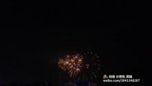 青岛五四广场新年烟火表演视频(来自拍客手机客户端 下载地址:http://video.sina.com.cn/app/sinapaike.html)