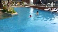 牛牛自己游泳了~(来自拍客手机客户端 下载地址:http://video.sina.com.cn/app/sinapaike.html)