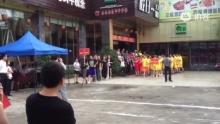 五四青年的拔河队伍(来自拍客手机客户端 下载地址:http://video.sina.com.cn/app/sinapaike.html)