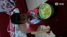 17个月喜欢自己吃饭的小人(来自拍客手机客户端 下载地址:http://video.sina.com.cn/app/sinapaike.html)