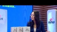 """最近,海南出版社重新出版了前总理施密特先生的三本著作:《未来强国》、《与中国为邻》、《大国和它的领导者》。12月29日,这三本书的译者,中国驻德国前大使、中国人民外交学会会长、八届全国政协委员、资深翻译家梅兆荣先生,做客新浪网文史频道,畅谈施密特与中国的故事。以下是访谈实录: 新浪文史:就在前几天12月13恩日是南京大屠杀事件的77年祭,也是首个国家公祭日,施密特先生曾经指出日本人与德 国人不同,他们从1945年以来就很少做出努力去让邻国减少对他们的怨恨,关键就在于他们很少对自己过去的征服行径和犯下的罪行表示歉意。因此,施密特先 生也预言,如果日本不和邻国建立友好关系,再过30年,日本在世界政治中就不会再有多大的分量。您认为他这种判断是从德国的经验出发吗?德国人如何消除自 己在二战中的罪行阴影?  梅兆荣:这既是从德国的经验出发,但是也不完全是德国的经验,也是普通的常理归纳出来的一个经验。    你说你一个国家,你在历史上曾经犯了那么大的侵略的罪行,你不认罪,不向受害国人民赔礼道歉,不承认错误,你说你能够得到受害国国家的谅解吗? 这是不可能的事情。你这样的一个国家,能够得到发展吗?能够得到其它国家的支持合作吗?这个很困难。所以,施密特先生对日本的这样一个评价,你没有读过历 史,你也应该得出这样一个结论。    我可以给你讲一个故事,他在两本书里都提到这个故事,因为他跟日本的前政要关系很密切,经常谈,他有一次问一个日本的前政要,他没讲具体人的名 字,但是只讲了这个日本的前政要在日本的历史上曾经发挥过很重要的作用,那么肯定不是一般的政要,是一个高级的前政要。他就问他,你们日本现在的武装,你 是过分的武装,有什么必要?前政要说,你这个问题问得太天真了。施密特就问,难道你要那么多的武装,谁会来攻击你呢?日本的前政要当时不加思索就说""""中 国""""。然后施密特就问他,中国哪一个皇帝什么时候曾经到过你日本呢?日本前政要一下子就蒙了,不知道怎么回答,最后就说""""你赢了,你赢了"""",当时施密特的 结论,尽管他说""""你赢了"""",但是我的感觉,我的话他并不信服,还是坚持他的观点。就德国的历史来看,当然是很清楚,因为大家都知道德国对二次侵略战争的历 史态度是正确的,和日本完全是相反的一个例子。如果说你归纳一下,我觉得德国对待二战的侵略历史的态度,可以归纳为六点:    第一点,一代领导人,从二次大战开始,不管属于哪个党派,一上台以后,在历史问题上都是明确地承认是希特勒使德国发生了二次大战,而且都明确承 认,德国要向受害国国家赔礼道歉,请求宽恕,历史上可以有记录,可以看得出来。而且德国领导人对历史的错误、历史罪行的认识,应该说还在不断深化。我记得 在法西斯战争40周年的时候,德国当时的总统瓦尔特谢尔,就在这次活动的讲话当中说,我们应该把5月9号,就是德国所谓的战败日,应该改一下,改为解放 日。为什么改解放日呢?讲战败日,好象或是处在德国的地位上。解放日,因为希特勒的垮台不仅是德国的战败,也是德意志人们解放的日子,把立场站在战胜国的 观点上,这个观点还是有新意的。另外在反法西斯战争60周年的时候,施密特有一个讲话,他说光把二次战争的侵略罪行归罪希特勒个人这是不行的,是不够的, 我们德国人民应该反思我们应该承担什么责任。也就是说为什么当年一个希特勒造成这么大的罪行?我们德国人民有什么责任?我们应该反思。这是比过去一般的承 认错误又前进了一步,这是第一点非常突出的。    第二点,德国战后不论是西德也好还是东德也好,西德在美英法的占领之下,东德在苏联的占领之下,都推行了非纳粹化,也就是对纳粹的骨干都要绳之 以法,要判刑的。所有的纳粹的骨干不允许当公务员,包括当教师也不行,因为教师也是公务员。所以,即使漏网,一旦抓起来,也要马上审查判刑,即使逃到了阿 根廷、巴西,一旦抓回来,比如那些集中营的看守,在集中营杀人的刽子手,一旦回来还是要抓起来,而且要想方设法防止新纳粹出来。这是第二条非常突出的。    第三条,对青年进行正确的历史教育。做法就是出版了大量的书籍来记录希特勒纳粹的罪行。在中学里边,初中、高中都有历史课,历史课里全是让青年 直面希特勒战争的罪行,直面当时的真相是怎么回事,而不是掩盖。而且让学生分析为什么德国这么一个民族在历史上竟然犯下这么大的错。另外,在所有的集中营 进行教育,让老百姓了解希特勒干了什么事,在历史上做了什么错事,这是第三点。    第四点,对侵略国家特别是犹太人不仅是赔礼道歉,而且是赔偿,而且明确人死了,光赔偿还是不能解决问题的。但是不管怎么样,我经济上给你补偿或者赔偿,至少减轻了一些痛苦,但是不等于能够完全弥补。而且对过去希特勒德国包括那些大企业,像西门子、宝马这些公司,希特勒强制外国劳工也要赔偿。    第五点,对战后所有国际的协定都承认,特别"""