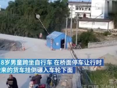 8岁男童停车让行,被货车挂倒碾压后身亡