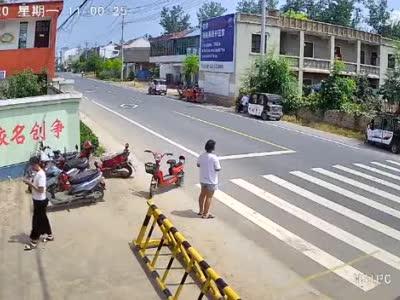 痛心!兰考3岁男童横过马路被撞飞 家长目睹惨剧发生