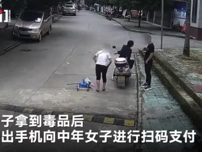 广西两名涉毒人员#在派出所前交易毒品被抓# 全程被公共视频拍下