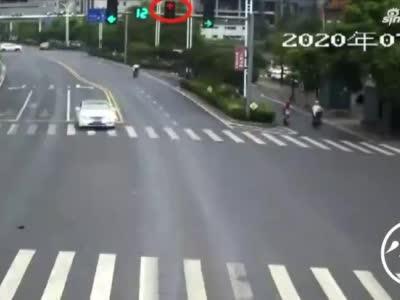 """电动车车主奇葩违法行为""""大赏"""" 随时随地拿生命当儿戏"""