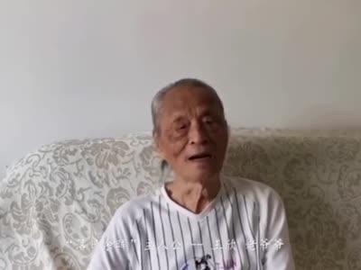 """2020年8月19日,第三个中国医师节,""""落日余晖照""""老爷爷再拉琴,感谢上海中山医院援鄂医疗队。 视频来源:中山医院"""