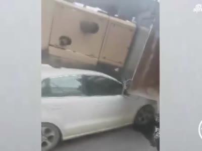 开封一汽车行驶中车头突被重物压塌 司机下车后被吓呆