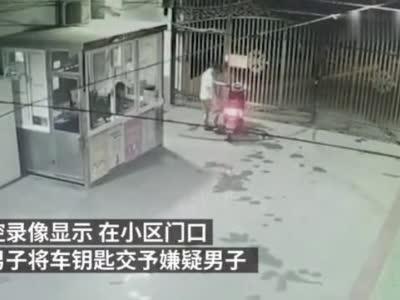 真人版贼喊捉贼,男子偷走朋友电动车后陪其报警