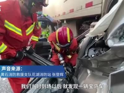 湖北高速6车追尾宝马车被拱至大车底,1死6伤