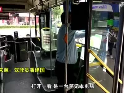 马大哈乘客下车时遗落笔记本电脑 热心车组连发14天好友申请终归还