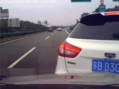 事发江西!SUV汽车高速上突然变道停车!结果...