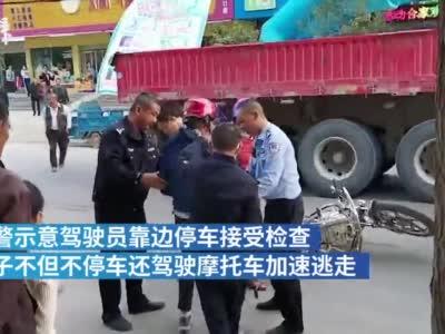 这对男女路遇警车掉头就跑,身藏1万余元假币