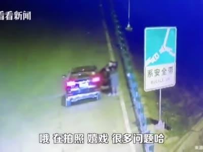 小情侣高速公路上停车秀恩爱 民警:安排上!