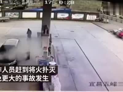 男子手摸加油枪油箱起火,加油员:千万分之一的几率