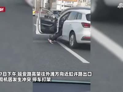 危险!高架路口停车打架 过路的哥高声制止