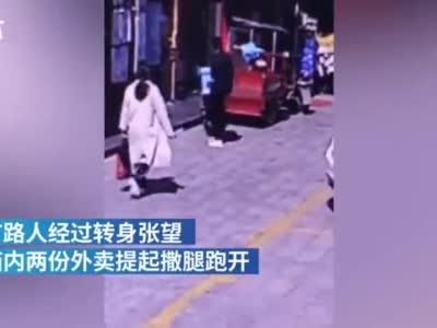 湖北宜昌一男子趁外卖员上楼送餐,偷走两份外卖撒腿就跑