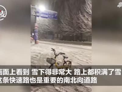 寒夜里的温暖:突降大雪隧道被堵死,父子俩搬来共享单车提醒路人绕行