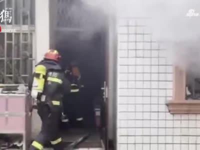 消防员火海中救出《寒假作业》 网友:费了多大劲儿才扔进去