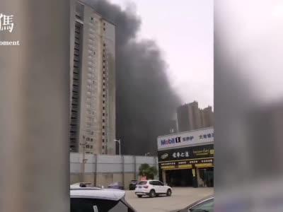 郑州刘庄安置房楼栋着火 现场黑色浓烟滚滚