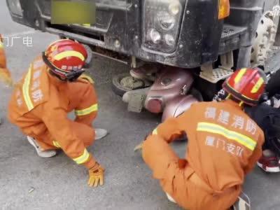 惊险!厦门一骑车女子被卷入货车车底