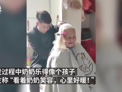 91岁奶奶行动不便理发师上门帮剪头,老人乐得像个孩子