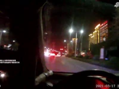 男子酒驾怕被罚等红灯时换副驾 交警看到后:车自己飘过来的?