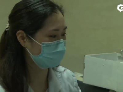 人民医院的后勤工作人员关键时刻实施心肺复苏