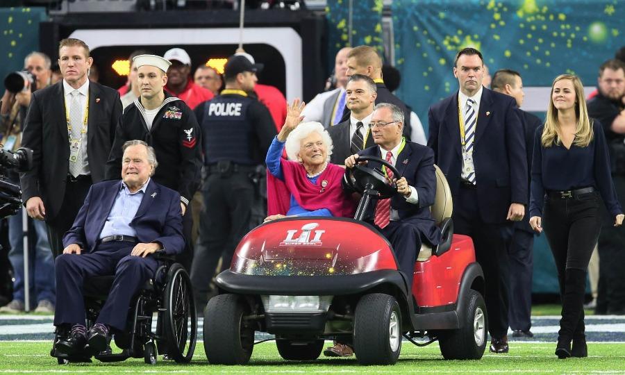 美国前总统老布什为超级碗开场掷硬币