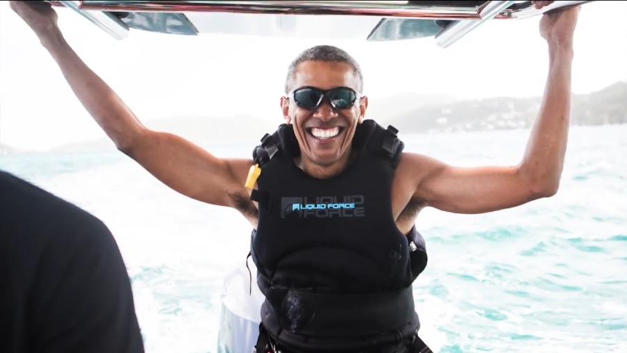 奥巴马度假玩疯了 与友人海上竞技风筝冲浪