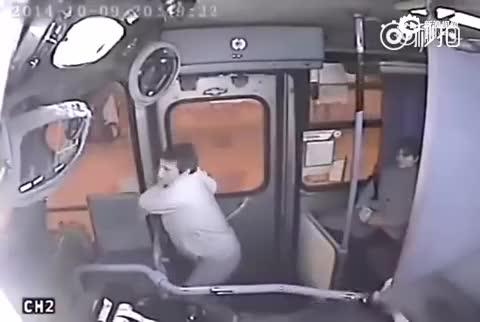 小偷公交车上抢劫 遭司机关门夹手暴揍