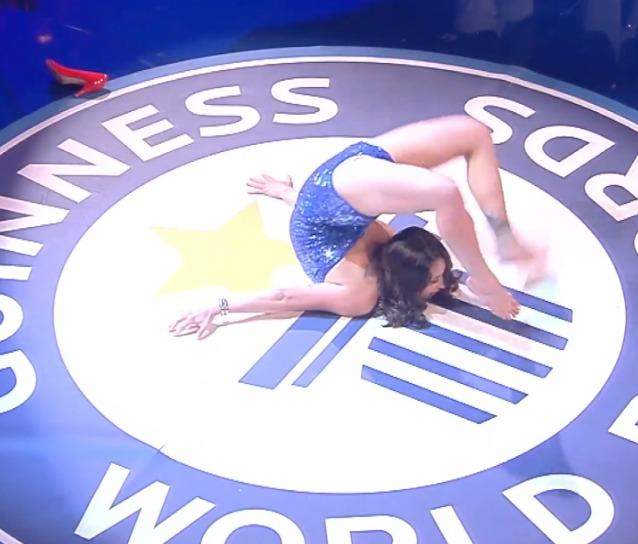 英国柔术女子厉害了 身体弯曲绕头旋转29圈