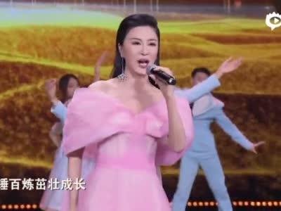 伊丽媛演唱《百年再启航》