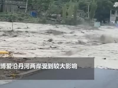 焦作一男子不顾危险冲入湍急洪水中救下一人