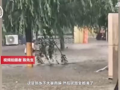 """暴雨过后街道成河 男子骑电动车水中""""航行""""似开""""游艇"""""""